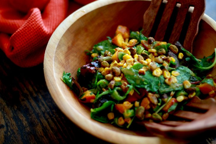 summer salad with peaches, spicy corn and snap peas